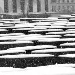 Steine des Holocaust Mahnmals in Berlin mit Schnee überdeckt